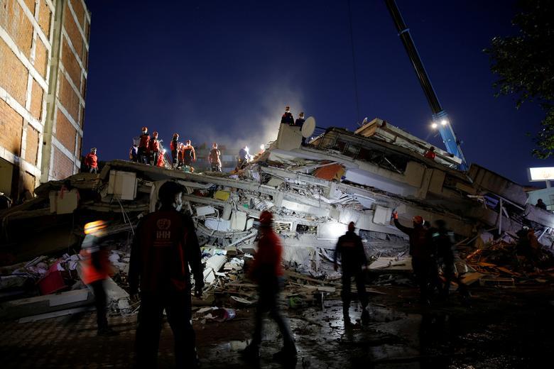 Türkiye'nin kıyı ili İzmir'de 31 Ekim'de Ege Denizi'nde meydana gelen deprem sonrasında sahada kurtarma operasyonları gerçekleştirildi. REUTERS / Kemal Aslan & nbsp;