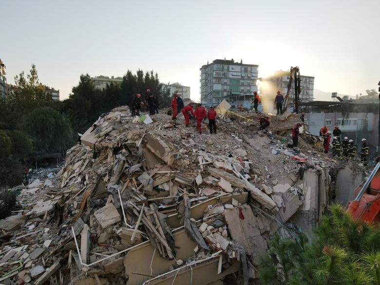 Bir havadan görüntü, Türkiye'nin Ege liman kenti İzmir'de meydana gelen depremden sonra çökmüş bir binada hayatta kalanları arayan kurtarma görevlilerini göstermektedir 31 Ekim 2020. REUTERS / Murad Sezer
