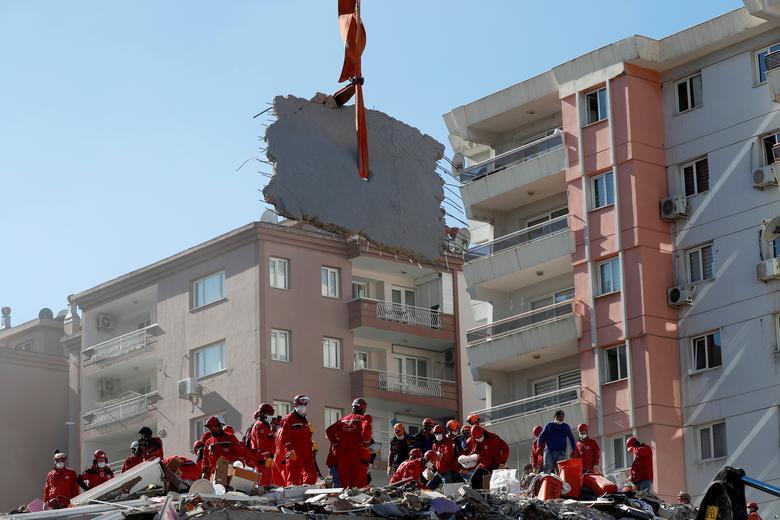 Kurtarma ekipleri, Türkiye'nin Ege liman kenti İzmir'de meydana gelen depremden sonra çökmüş bir binada hayatta kalanları arıyor 31 Ekim 2020. REUTERS / Murad Sezer