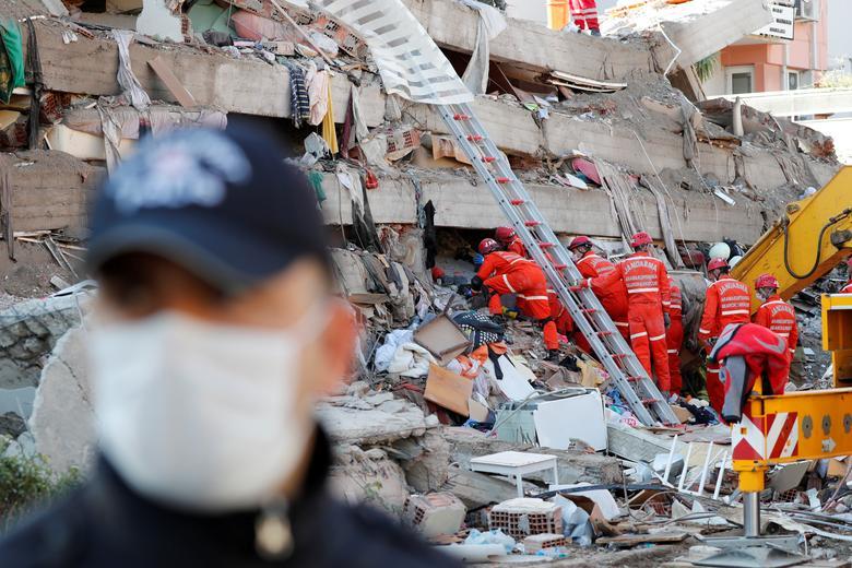 Türkiye'nin kıyı ili İzmir'de Ege Denizi'nde meydana gelen depremin ardından kurtarma operasyonları gerçekleştirildi, 31 Ekim 2020. REUTERS / Murad Sezer