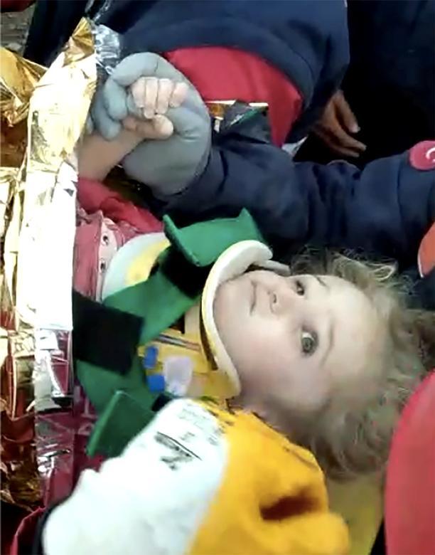 Bir videodan alınan bir fotoğraf, kurtarma ekiplerini Ege liman kenti İzmir'de meydana gelen depremden sonra çöken bir binadan üç yaşındaki Elif Perinçek'i götürürken gösteriyor, 2 Kasım İzmir TRAC / Reuters TV üzerinden