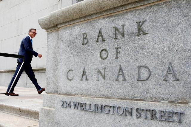 FILE PHOTO: Governor of the Bank of Canada Tiff Macklem walks outside the Bank of Canada building in Ottawa, Ontario, Canada June 22, 2020. REUTERS/Blair Gable