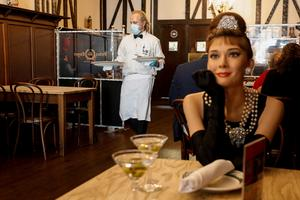 Iconic NYC steakhouse fills empty seats with celebrity mannequins