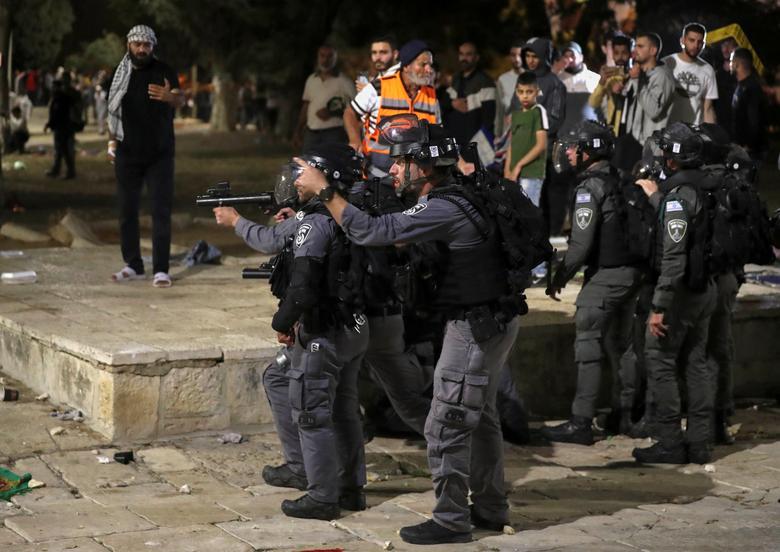 İsrailli bir polis, Filistinlilerle çatışmalar sırasında, Müslümanlar tarafından Soylu Sığınak olarak ve Yahudiler için Tapınak Dağı olarak bilinen El Aksa Camii'nin bulunduğu bileşkede, diğerleri silahlarını hedef alırken, birkaç Filistinli ailenin evlerden çıkma olasılığı üzerine gerilimin ortasında. 7 Mayıs 2021'de Kudüs'ün Eski Şehrindeki Şeyh Jarrah mahallesindeki Yahudi yerleşimciler tarafından talep edilen arazi. REUTERS / Ammar Awad