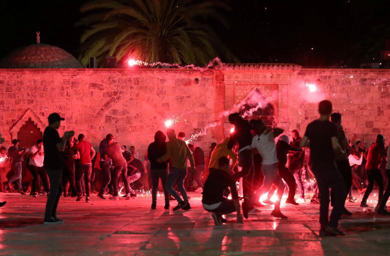 Filistinliler, Müslümanlar tarafından Soylu Sığınak olarak ve Yahudiler için Tapınak Dağı olarak bilinen Al-Aksa Camii'nin bulunduğu bileşikte çıkan çatışmalar sırasında İsrail polisinin sersemletici el bombaları atmasına tepki gösterdiler. 7 Mayıs 2021'de Kudüs'ün Eski Şehrindeki Şeyh Jarrah mahallesindeki yerleşimciler. REUTERS / Ammar Awad