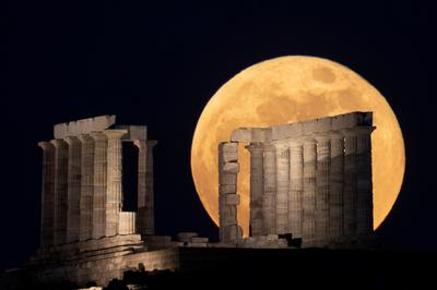 Spectacular views of the rare Super Flower Blood Moon eclipse