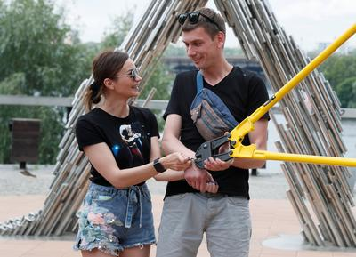Ukrainian couple split after 123 days handcuffed together