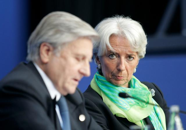 FILE PHOTO: France's Finance Minister Christine Lagarde (R) and European Central Bank President Jean-Claude Trichet attend a news conference after a Euro zone finance ministers and central bankers Eurofi conference in Nice, southern France, September 13, 2008. REUTERS/Pascal Deschamps